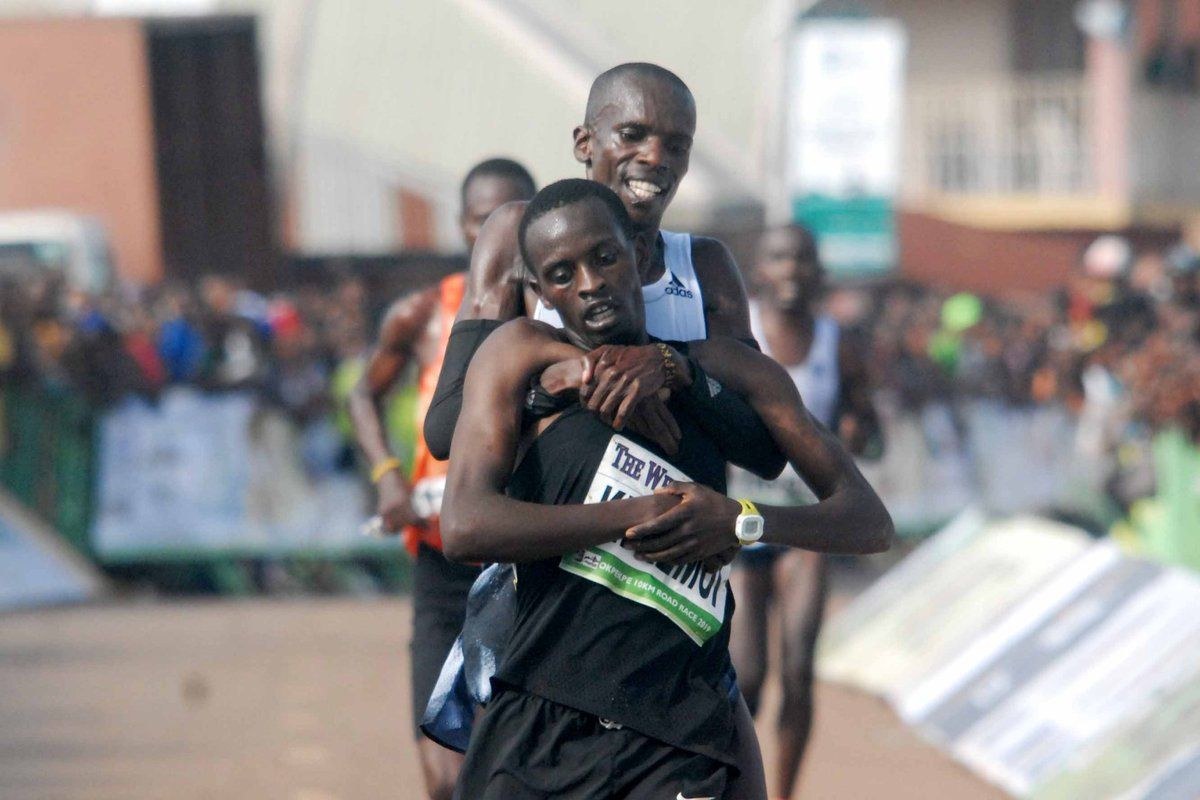 Simon Cheprot helping his colleague Kenneth Kipkemoi