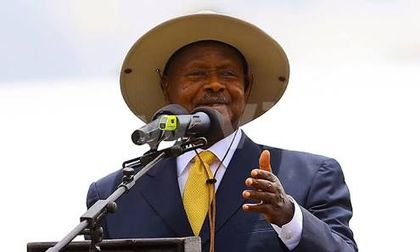 Museveni makes rare apology to Uhuru at EAC summit
